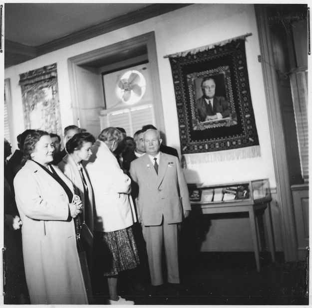 Eleanor_Roosevelt_and_Nikita_Khrushchev_at_the_Franklin_D._Roosevelt_Library_in_Hyde_Park_-_NARA_-_195416